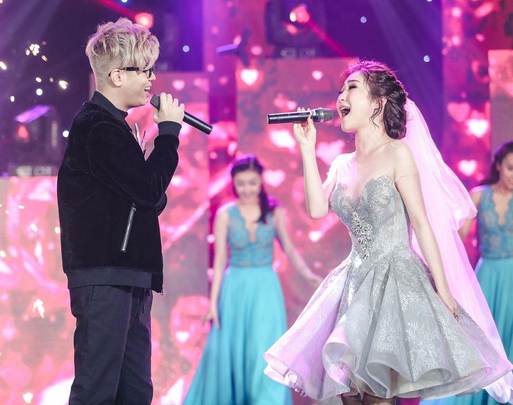 Bùi Anh Tuấn ôm hôn Hương Tràm trước 1.000 khán giả - Zing - Tri thức trực  tuyến