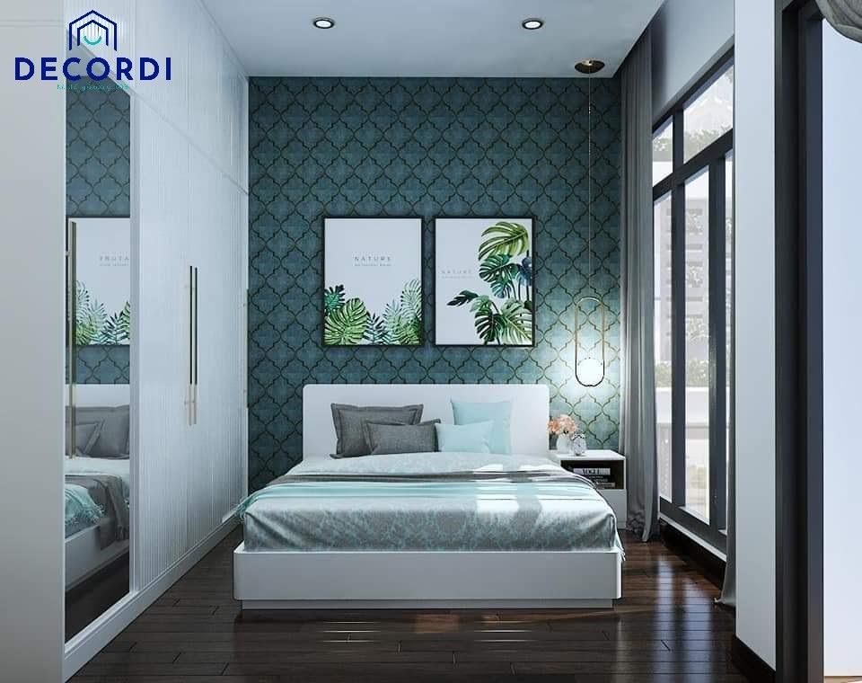Phòng ngủ sử dụng giấy dán tường màu xanh lá và tủ quần áo âm tường