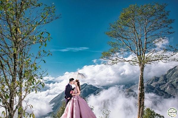 Ý tưởng chụp ảnh cưới ở trên đỉnh núi toàn mây vô cùng lãng mạn